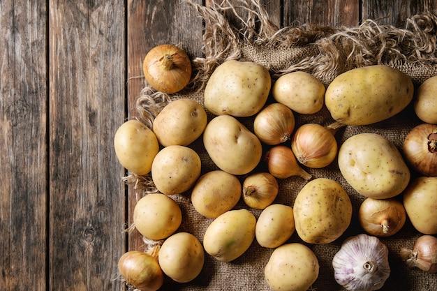 Pommes de terre et oignons biologiques crus Photo Premium