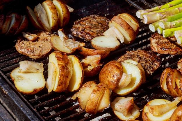 Pommes de terre et viande rôtie sur des brochettes barbecue Photo Premium