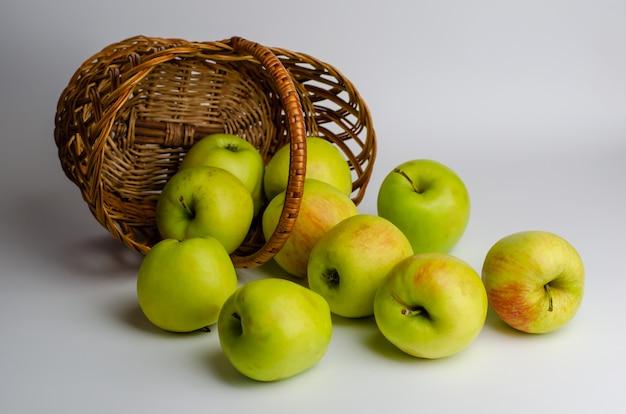 Pommes vertes dans un panier. Photo Premium