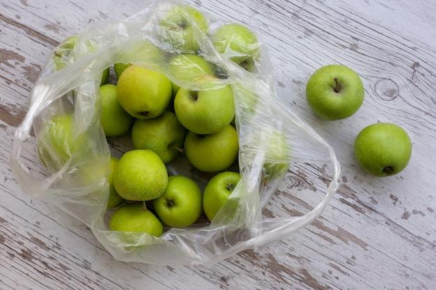 Pommes Vertes Dans Un Paquet Sur Une Table En Bois Photo Premium