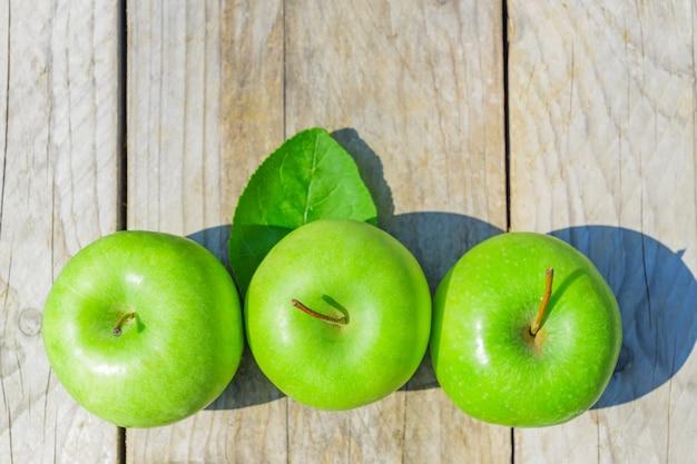 Pommes Vertes Fraîchement Coupées Sur Table En Bois Photo Premium