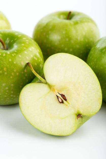 Pommes Vertes Fraîches Moelleuses Juteuses Parfait Isolé Sur Bureau Blanc Photo gratuit
