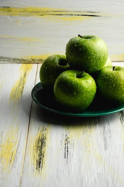 Pommes Vertes Fraîches Sur Une Vieille Table En Bois. Alimentation Saine Et écologique. Harmonie Des Couleurs Photo Premium