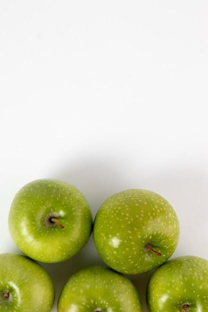 Pommes Vertes Juteuses Mûres Mûres Isolé Sur Blanc Photo gratuit