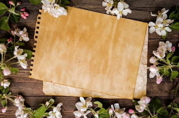 Pommier Fleuri Sur Un Fond En Bois, Modèle Vierge Photo Premium