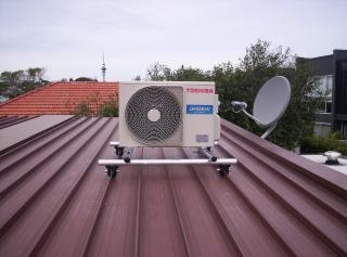 Pompe à chaleur sur un toit Photo gratuit