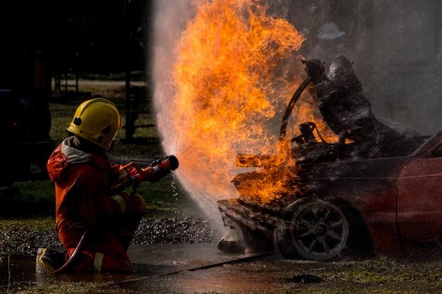 Pompier éclabousser l'eau à la bouche d'incendie Photo Premium