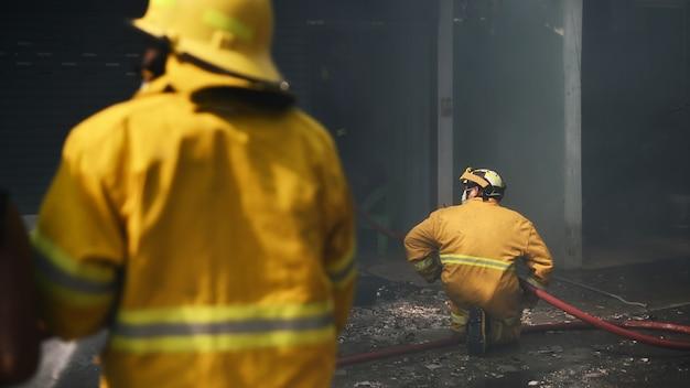 Pompier travaillant réel incident en thaïlande. Photo Premium
