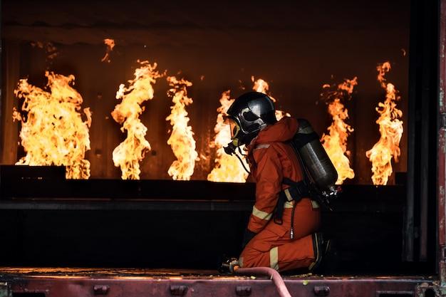 Les pompiers ont éteint l'incendie Photo Premium