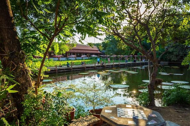 Le pont de bambou Photo Premium