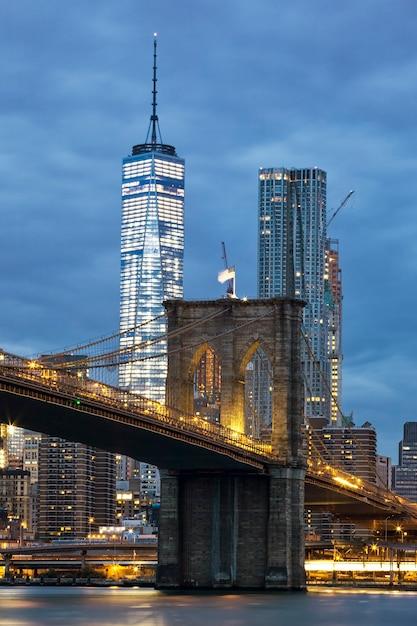 Pont De Brooklyn Au Crépuscule Vu Du Brooklyn Bridge Park à New York. Photo gratuit