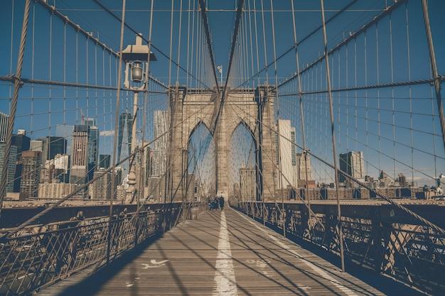 Pont de brooklyn au matin, skyline du centre-ville des états-unis Photo Premium