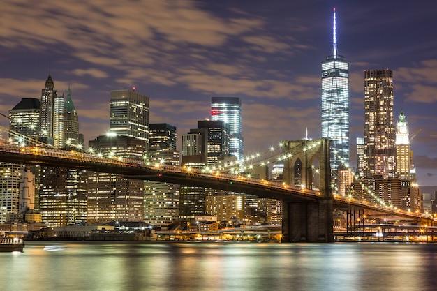 Pont de brooklyn et gratte-ciel du centre-ville à new york dans la nuit Photo Premium