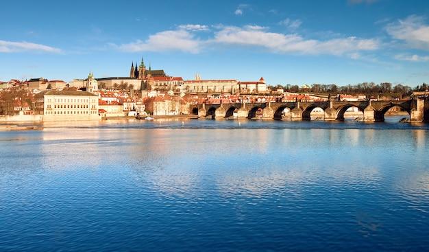 Pont charles, cathédrale saint-guy et autres bâtiments historiques de prague Photo Premium