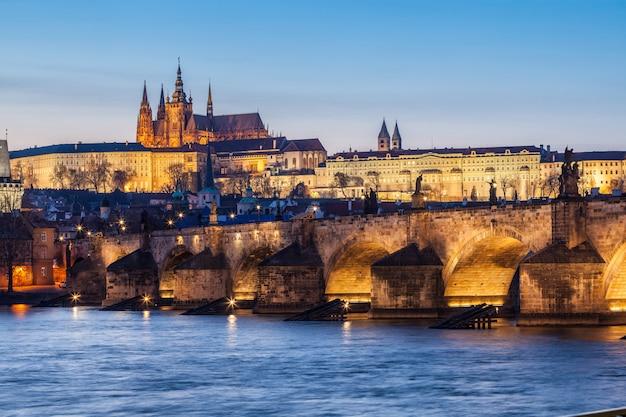 Pont charles et château à prague au crépuscule Photo Premium