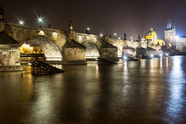 Pont charles à prague la nuit Photo Premium