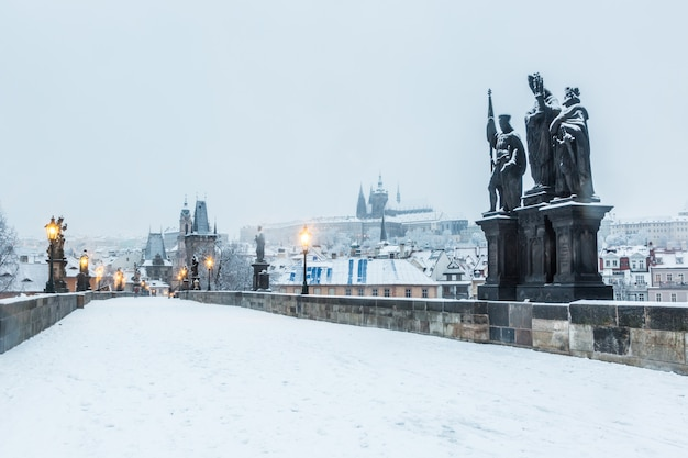 Pont charles recouvert de neige à prague Photo Premium