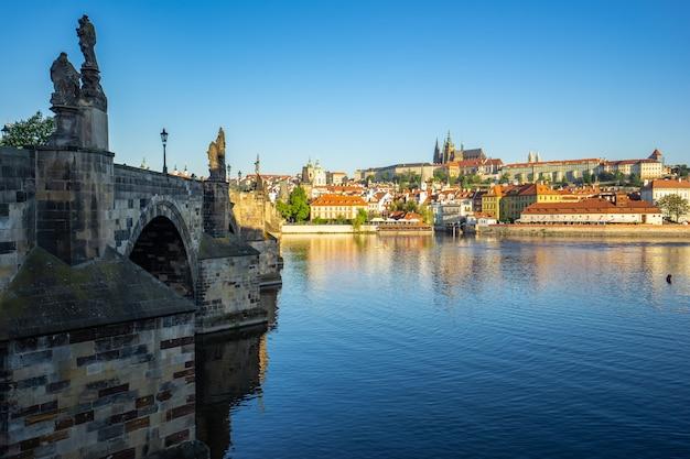 Pont charles avec les toits de la ville de prague à prague, en république tchèque Photo Premium