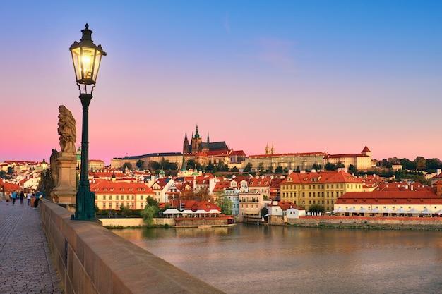 Pont charles avec la vieille ville de prague et la cathédrale saint-guy Photo Premium