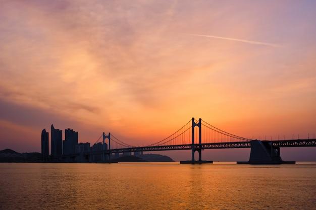 Pont De Gwangan Au Lever Du Soleil. Busan, Corée Du Sud Photo Premium