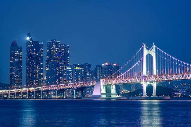 Pont De Gwangan Et Gratte-ciel Dans La Nuit. Busan, Corée Du Sud Photo Premium