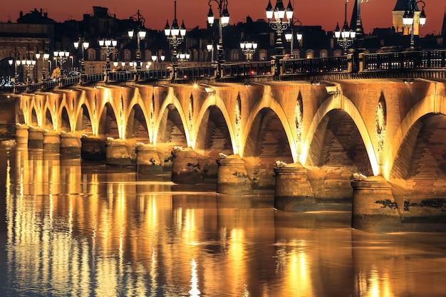 Pont de pierre pont sur la garonne à bordeaux Photo Premium