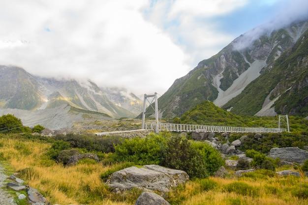 Pont sur la rivière hooker dans le parc national d'aoraki en nouvelle-zélande Photo Premium