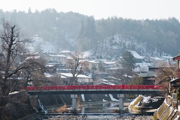 Le pont rouge ou pont de nakabashi à takayama-shi, takayama japon Photo Premium