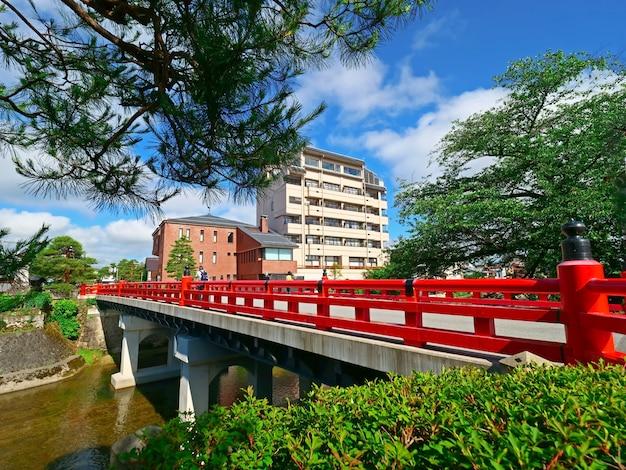 Pont rouge ou pont nakabayashi à takayama-shi, takayama japon Photo Premium
