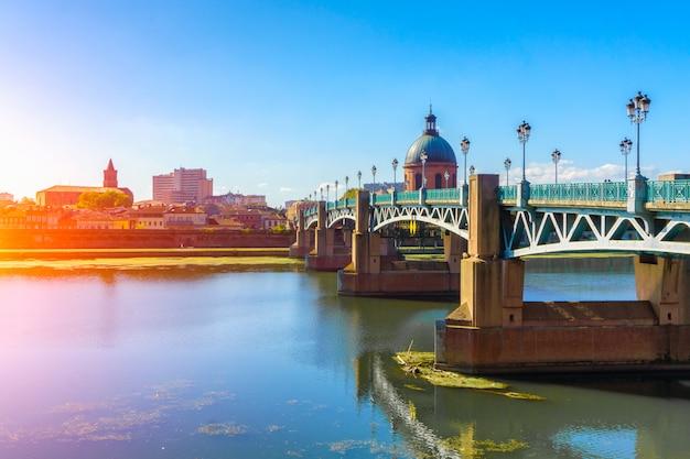 Le pont saint-pierre passe sur la garonne à toulouse en haute-garonne, dans le sud de la france. Photo Premium