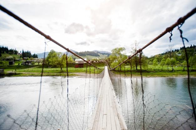 Pont suspendu de montagne de la rivière des carpates Photo Premium