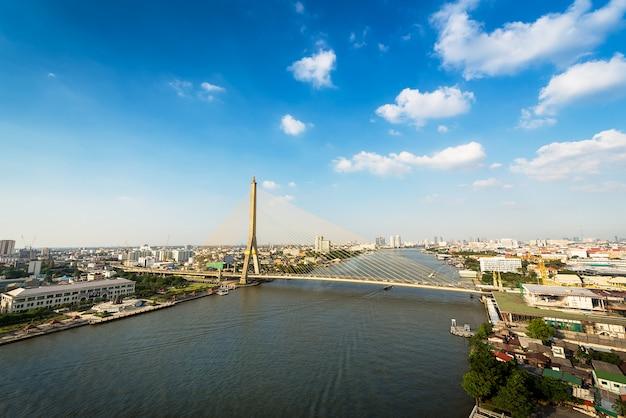 Pont urbain sur la rivière Photo Premium