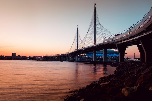 Pont de la whsd à saint-pétersbourg le soir au coucher du soleil Photo Premium