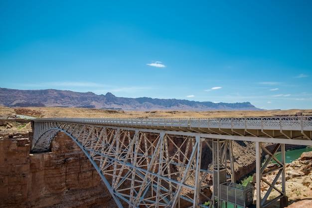 Les ponts en acier historiques navajo sur le colorado traversent le grand canyon en marbre Photo Premium