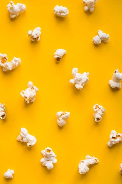 Pop-corn Vue De Dessus Sur Fond Jaune Photo gratuit