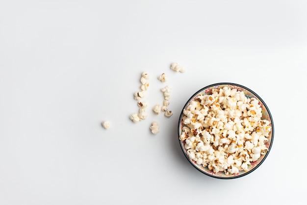 Popcorn Dans Un Bol Sur Fond Blanc Photo Premium