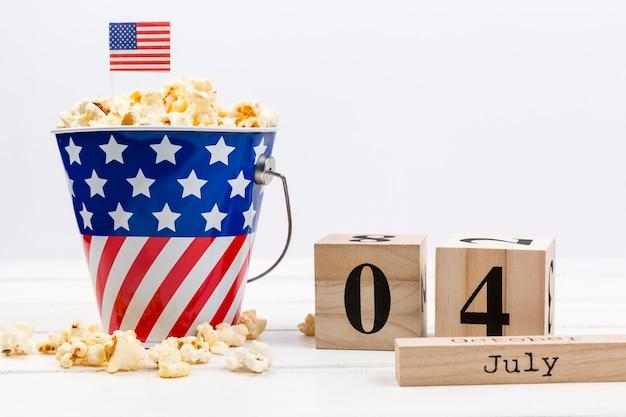 Popcorn dans décoré avec seau drapeau américain Photo gratuit