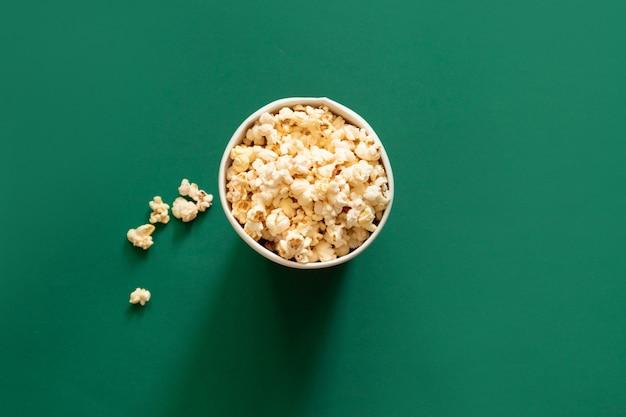 Popcorn Dans Un Sac En Papier Sur Fond Vert. Concept De Régime Malsain. Photo Premium