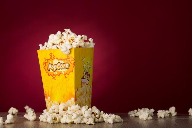 Popcorn isolé sur fond rouge Photo Premium