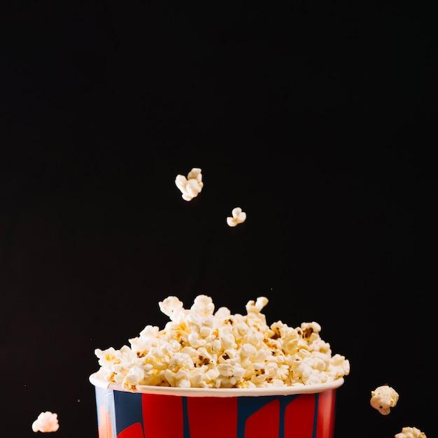 Popcorn tomber le seau Photo gratuit