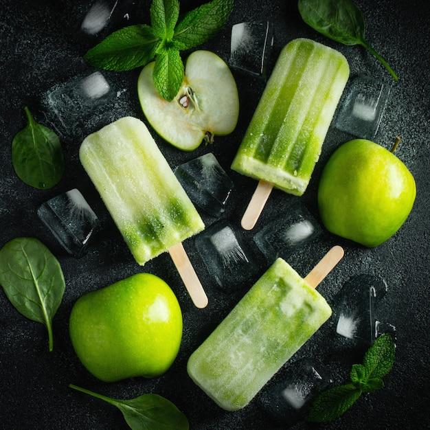 Popsicle d'été brillant de pomme verte. Photo Premium