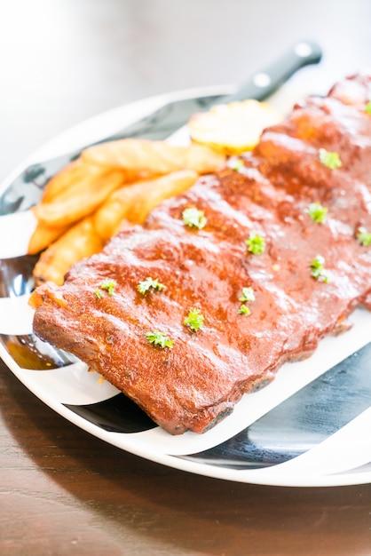 Porc barbecue grillé avec sauce sucrée Photo gratuit