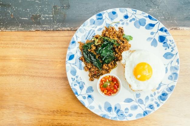 Porc épicé avec feuille de basilic et riz Photo gratuit