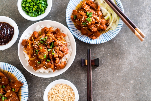 Porc frit avec une sauce coréenne épicée (bulgogi) sur le riz Photo Premium
