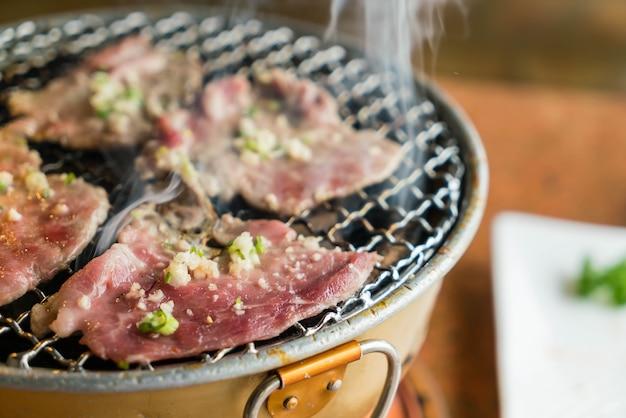 Porc sur gril à charbon Photo gratuit