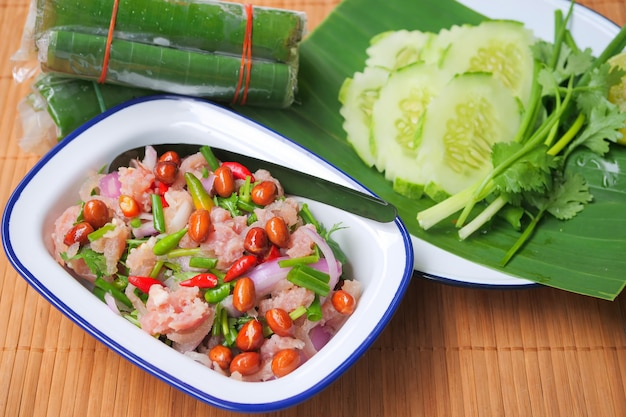 Porc haché fermenté à base de nourriture traditionnelle thaïlandaise, piment rouge et vert frais Photo Premium