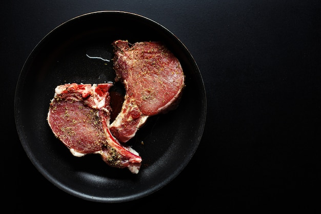 Porc à la viande crue avec des épices sur pan Photo gratuit
