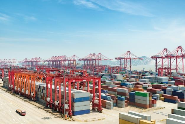 Le port en eaux profondes de shanghai yangshan est un port en eaux profondes pour les porte-conteneurs, en chine. Photo Premium
