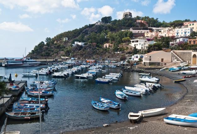 Port sur l'île d'ustica, en sicile Photo Premium