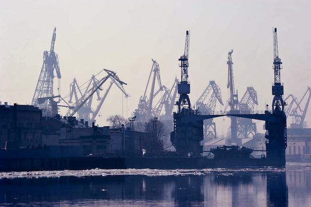 Port maritime de fret à saint-pétersbourg, en russie Photo Premium